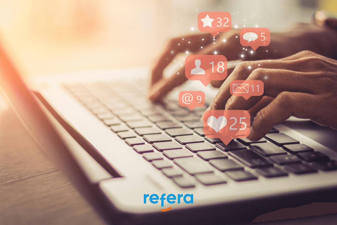 Guia de redes sociais para imobiliárias: pessoa usando um computador